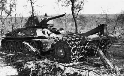 Т-34 с противоминным катковым тралом ПТ-3. Курская дуга, 1943 год.