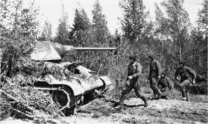 Экипаж занимает места в танке по боевой тревоге. Степной фронт, 1943 год.
