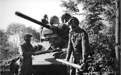 Загрузка боеприпасов в танк. Воронежский фронт, 1943 год.