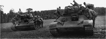 Танки 22-й танковой бригады перед атакой. Воронежский фронт, лето 1943 года.