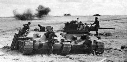 Ремонтники восстанавливают подбитый танк. Курская дуга, июль 1943 года. В качестве ремонтно-эвакуационных тягачей использовались танки Т-34 без башен.