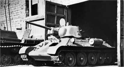 Танк Т-34 со штампованной башней производства УЗТМ покидает сборочный цех Челябинского Кировского завода, август 1943 года.