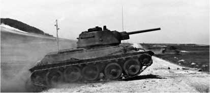 Танк Т-34 (машина выпуска 1943 года с командирской башенкой) в предгорьях Карпат. 1-й Украинский фронт, 1944 год.