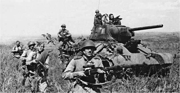 Мотострелки спешиваются с огнеметного танка ТО-34. 15-я гвардейская механизированная бригада 4-го гвардейского механизированного корпуса, 3-й Украинский фронт, 1944 год.