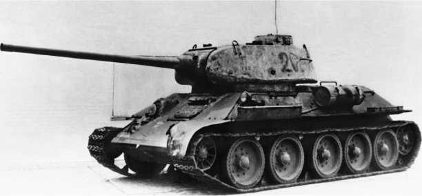 Т-34-85 завода «Красное Сормово». Промежуточная модель, сохранившая часть характерных деталей ранних сормовских машин — смещенный вперед наружный топливный бак и рымы из прутка.