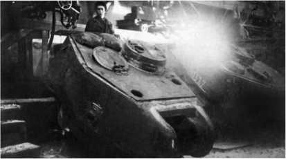 Приварка крыши к основе башни Т-34-85. Уралвагонзавод, 1944 год.