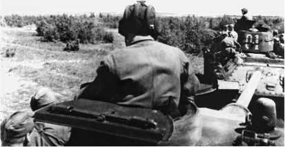 Танки 46-й Духовицкой механизированной бригады выдвигаются на передовые позиции. Июнь 1944 года.