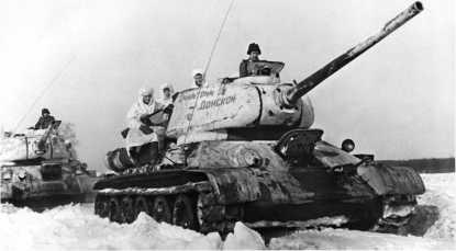 Танки Т-34-85 с пушками Д-5Т. 38-й отдельный танковый полк. Танковая колонна «Димитрий Донской» была построена на средства Русской православной церкви. Зима 1944 года.