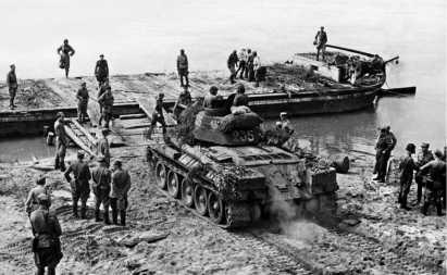 Танк Т-34 из состава 2-го танкового полка 1-й танковой бригады Войска Польского на переправе через р. Висла. 10 августа 1944 года.
