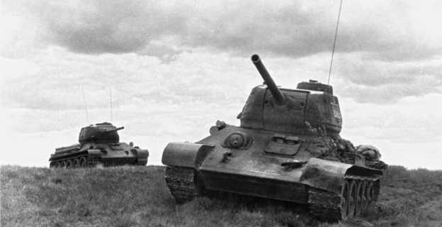 Танки Т-34-85 25-й гвардейской танковой бригады 2-го гвардейского танкового корпуса. Юго-восточнее Витебска, 1944 год.
