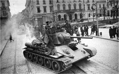 Танки Т-34 проходят по улицам города Черновицы. 1-й Украинский фронт, 1944 год.
