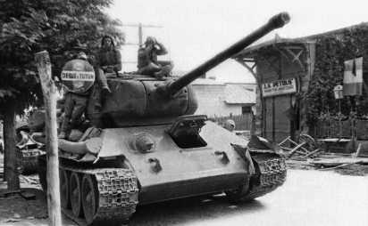 Танк Т-34-85 в одном из румынских городов. 1944 год.