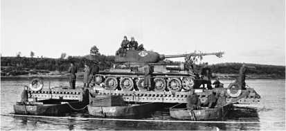 Танк Т-34-85 на переправе через Западную Двину. 1-й Прибалтийский фронт, июль 1944 года.