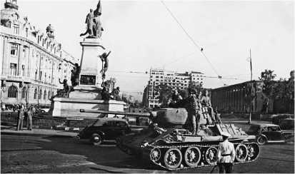 Т-34-85 18-го танкового корпуса в Бухаресте, 31 августа 1944 года. На этой машине установлены литые опорные катки раннего типа. На третьем катке отсутствует резиновый бандаж.