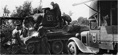 Экипаж танка Т-34 и ремонтники бригады гвардии сержанта К.Я. Янченко за ремонтом боевой машины. 13-я гвардейская механизированная бригада 4-го гвардейского механизированного корпуса, 3-й Украинский фронт, Румыния, 1944 год.