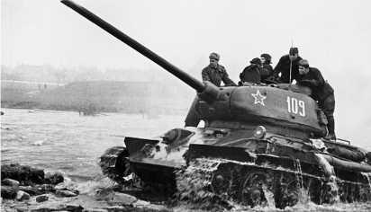 Т-34-85 позднего выпуска 1944 года. Нештатные грязевые щитки установлены, видимо, в ходе ремонта. Довольно редкий снимок, на котором хорошо видны полностью открытые «ресницы» — броневые крышки призм приборов наблюдения механика-водителя.