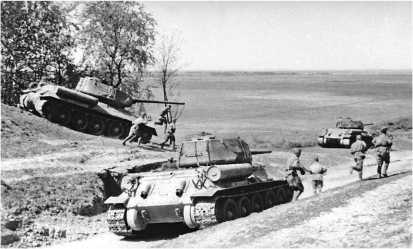 Танки Т-34-85 в окрестностях Вены. Апрель 1945 года.