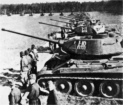 Танки Т-34-85 из состава 63-й гвардейской Челябинской танковой бригады 10-го гвардейского Уральского добровольческого танкового корпуса. 1944 год.