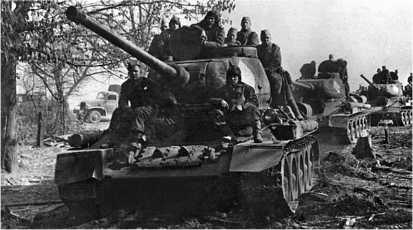 Танки Т-34-85 на подступах к Берлину. 1-й Белорусский фронт, апрель 1945 года.