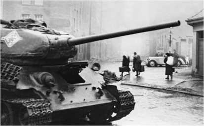Т-34-85 на улицах Берлина. 1945 год.