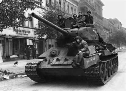 Танк Т-34-85 выпуска 1945 года на улице Берлина. Май 1945 года.