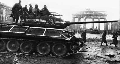 Т-34-85 у Бранденбургских ворот. Берлин, май 1945 года.