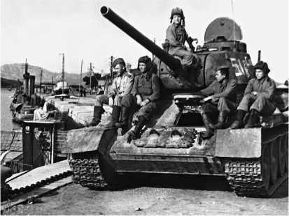 Танк Т-34-85 в Порт-Артуре. Август 1945 года.