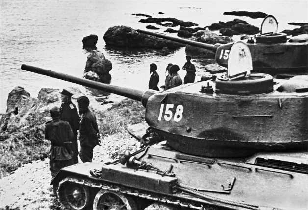 «И на Тихом океане свой закончили поход». Район Даляня, август 1945 года. На снимке танки Т-34-85 с низкой командирской башенкой позднего типа.
