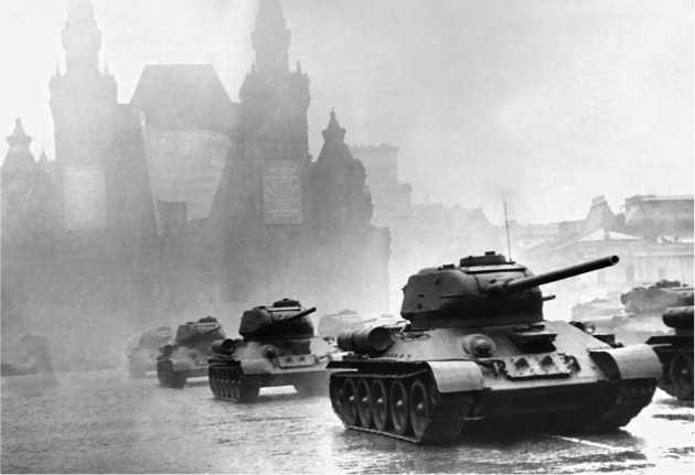 Танки ОТ-34-85 на Красной площади. Парад Победы, 24 июня 1945 года.