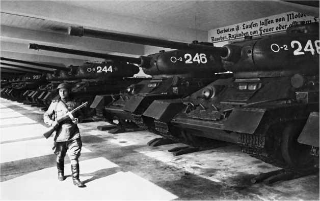 «Тридцатьчетверки» в бывшем немецком парке. Германия, август 1946 года.