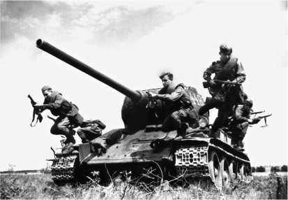Пехотинцы отрабатывают спешивание с танка Т-34-85 во время учебных занятий в одной из частей Московского военного округа. 1946 год.