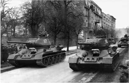 Танки Т-34-85 выпуска военных лет, проходят по улице Таллина во время парада. 7 ноября 1947 года.