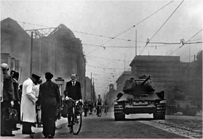 Танки Т-34-85 из состава Группы советских оккупационных войск в Германии на улице Берлина. Июнь 1953 года.