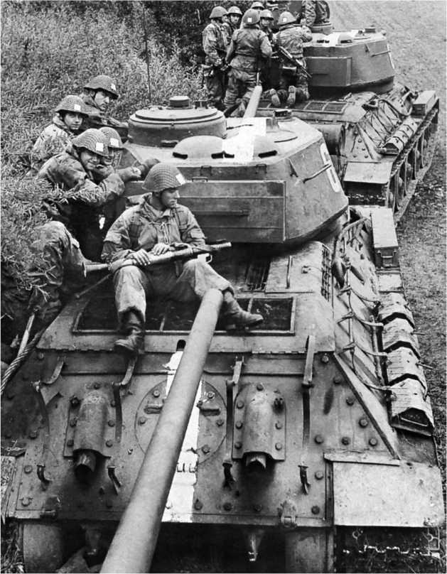 Танки Т-34-85 с десантом на броне во время учений. Национальная народная армия ГДР, 1960-е годы.