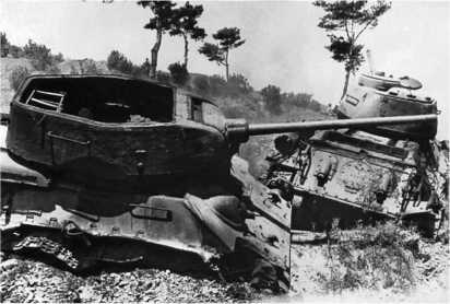 Танки Т-34-85 из состава 107-го танкового полка Корейской народной армии. Это первые «тридцатьчетверки», подбитые огнем американских танков М26 «Першинг» в Корейской войне. 17 августа 1950 года.