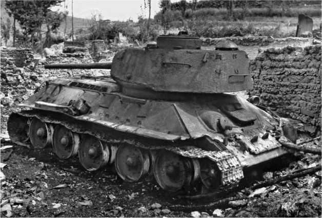 Северокорейский Т-34-85 из состава 16-й танковой бригады, подбитый в результате атаки с воздуха. Сентябрь 1950 года.