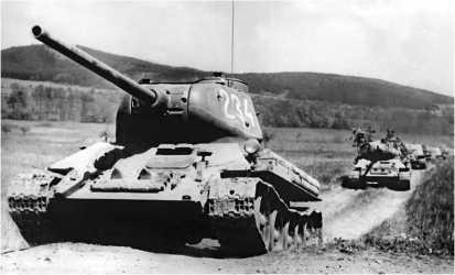 Т-34-85 чехословацкого производства на марше. 1950-е годы. Машины оборудованы ночными фарами Notek немецкого образца периода Второй мировой войны.