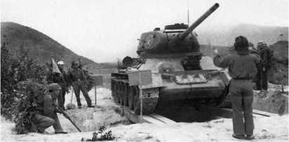 Механики-водители 202-го танкового полка Вьетнамской народной армии осваивают вождение танков Т-34-85. Конец 1959 года.