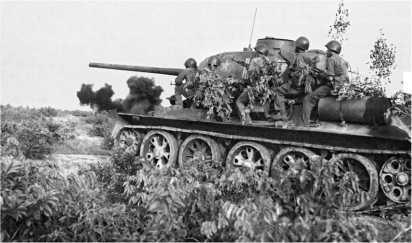 Танки Т-34-85 203-го танкового полка Вьетнамской народной армии атакуют позиции 2-го южновьетнамского корпуса. Апрель 1972 года.