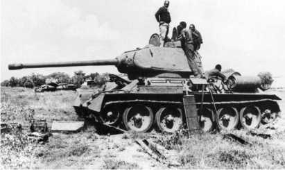 Сомалийские специалисты пытаются отремонтировать подбитый эфиопский Т-34-85. 1978 год.