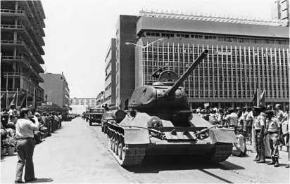 Сормовский Т-34-85 на параде в Анголе. Машина прошла модернизацию, о чем можно судить по ИК-осветителю ФГ-100 на правом борту корпуса. Луанда, 9 февраля 1976 года.