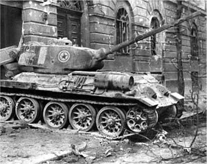 Подбитый повстанцами танк Т-34-85 Венгерской народной армии. Будапешт, 1956 год.