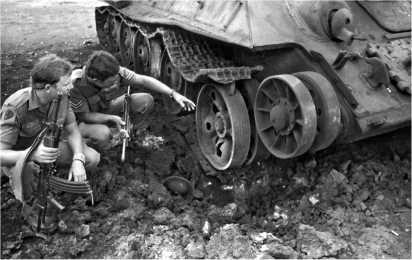Солдаты армии ЮАР осматривают подорвавшийся на мине ангольский Т-34-85. 1976 год.