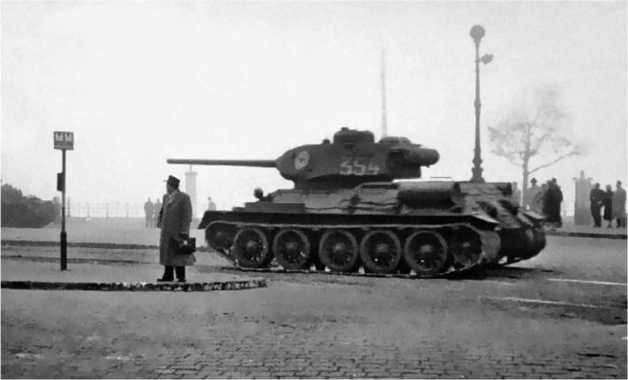 Танки Т-34-85 одной из частей Советской Армии на улице Будапешта. Ноябрь 1956 года.