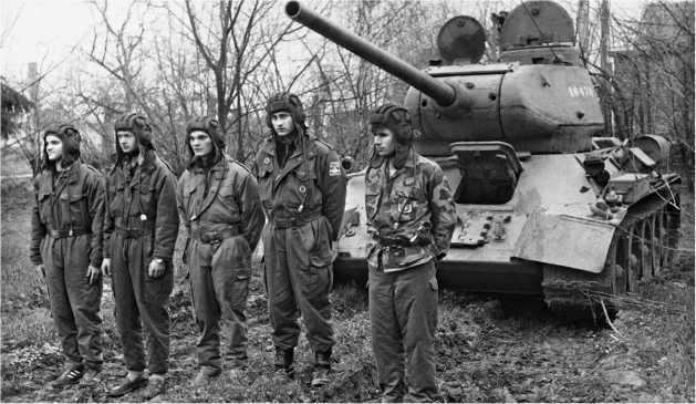 Танк Т-34-85 и его сербский экипаж перед выполнением боевой задачи. Босния, 1995 год.