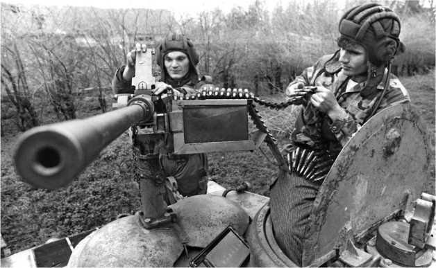 Характерной особенностью югославских «тридцатьчетверок» был крупнокалиберный зенитный пулемет «Браунинг» М2 американского производства, смонтированный прямо на бронеколпаках вентиляторов.