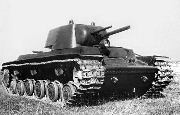 Первый опытный образец танка КВ перед отправкой в Москву. Сентябрь 1939 года.