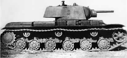 Серийный танк КВ-1 выпуска 1941г. с пушкой Ф-32. Судя по прямоугольным дополнительным топливным бакам на надгусеничной полке, эта машина изготовлена после начала войны.
