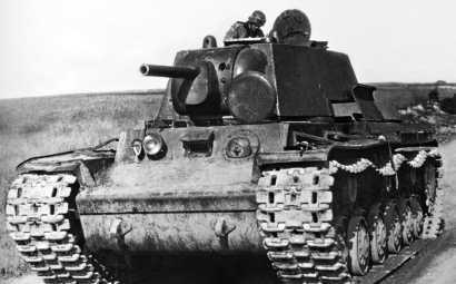 Немецкий солдат осматривает тяжелый советский танк КВ-1, оставленный без каких-либо видимых повреждений.Восточный фронт, группа армий «Юг», июнь 1941 года.