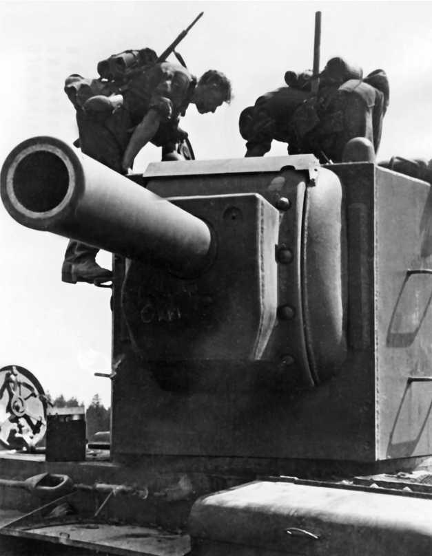 Немецкие солдаты осматривают подбитого «сталинского монстра» тяжелый танк КВ-2. 1941 год.